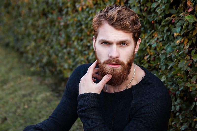 portrait d'un homme barbu se tenant à l'extérieur