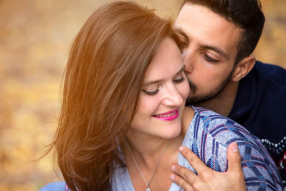 un homme embrasse une femme sur la joue