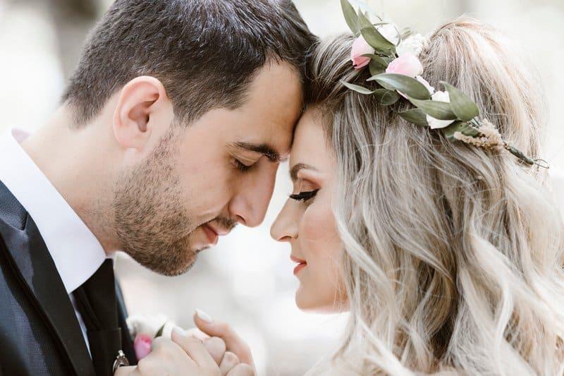un homme et une femme se regardent dans les yeux
