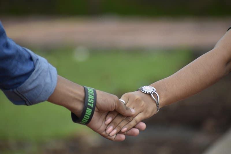 un homme et une femme se tiennent la main