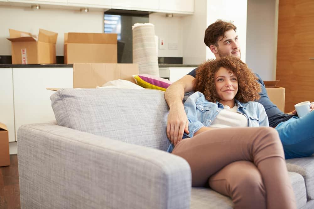 un homme et une femme sont assis sur le canapé