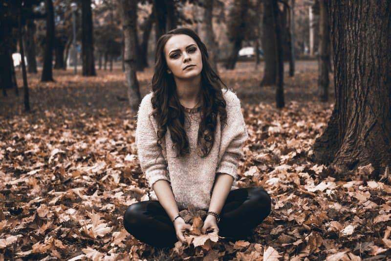 une femme assise dans une feuille