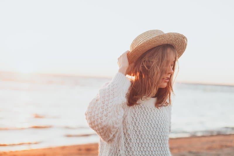 une femme avec un chapeau sur la tête dresse la place