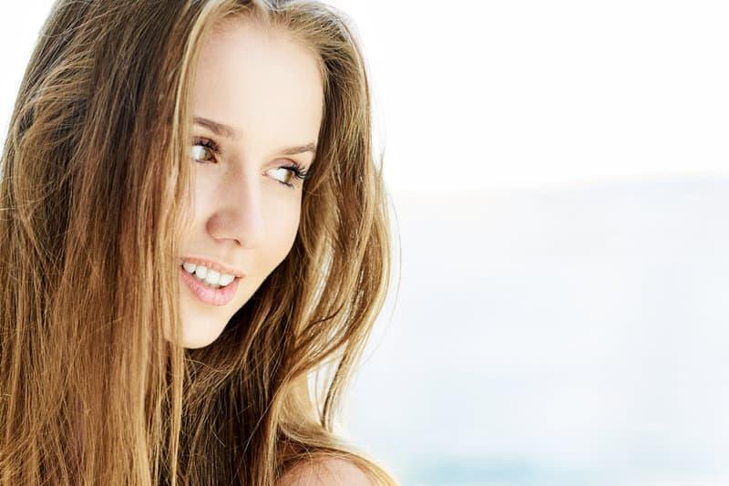 une femme blonde souriante