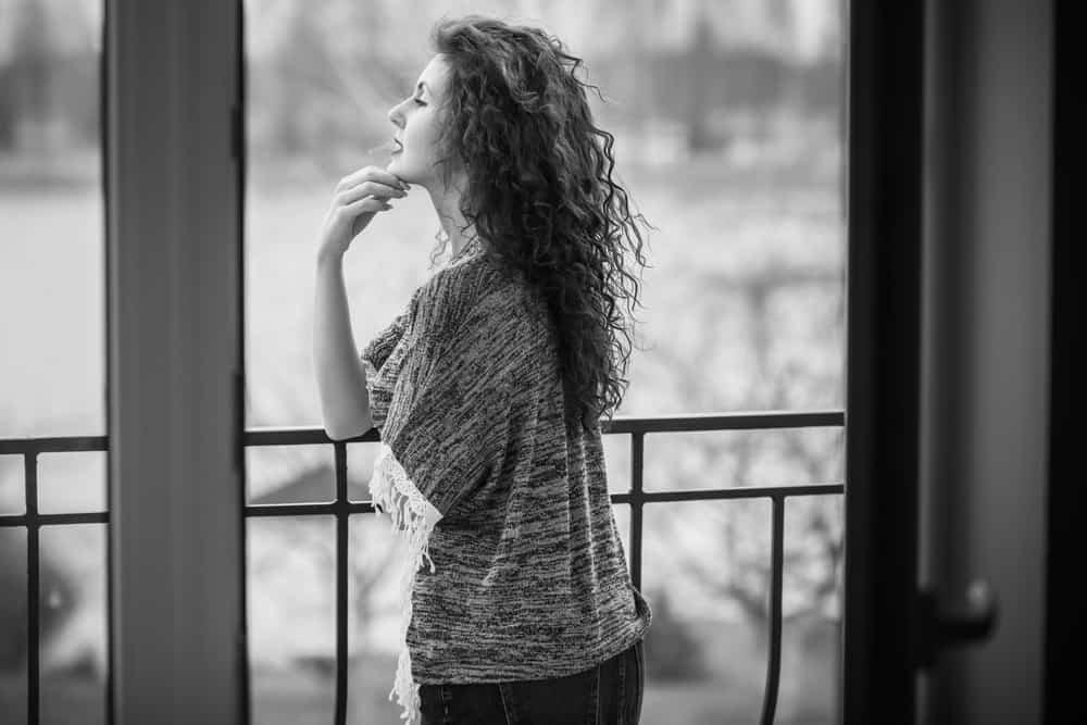une femme imaginaire debout sur le balcon