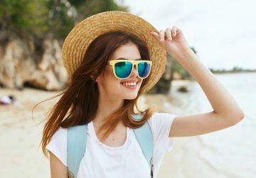 une femme sur la plage avec un chapeau sur la tête