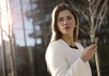 une femme bleue debout avec un téléphone à la main