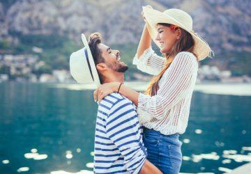 un homme et une femme embrassant au bord de la rivière