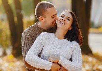 un homme et une femme embrassant en riant