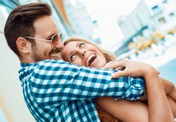 l'homme serra fermement la femme dans ses bras et rit