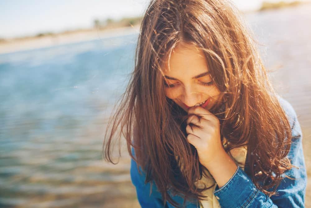 Jolie adolescente timide sur fond de lac