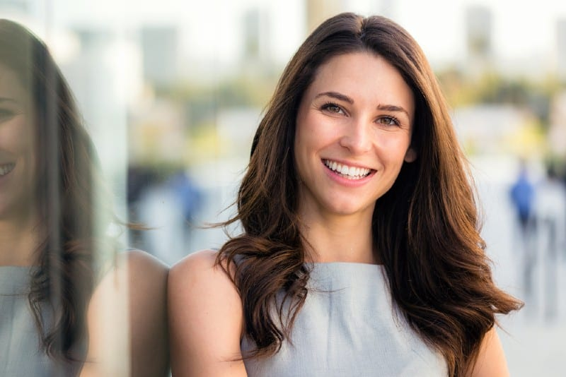 Portrait d'une belle femme avec des dents blanches parfaites sourire