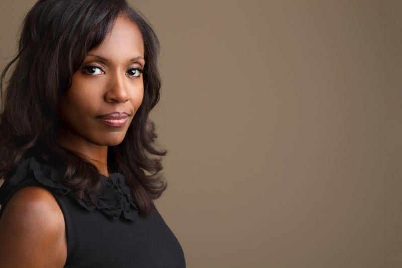 portrait d'une belle femme africaine confiante