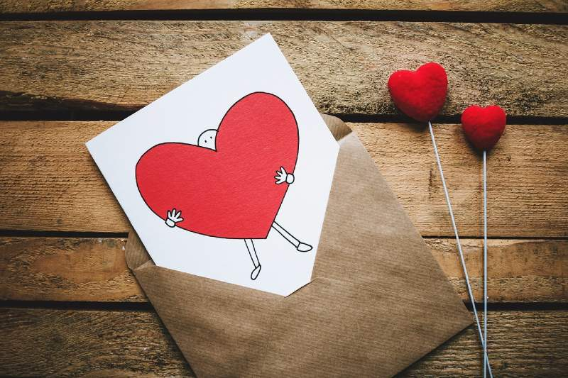 enveloppe et dessin coeur rouge