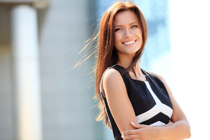 Portrait d'une femme d'affaires prospère souriant