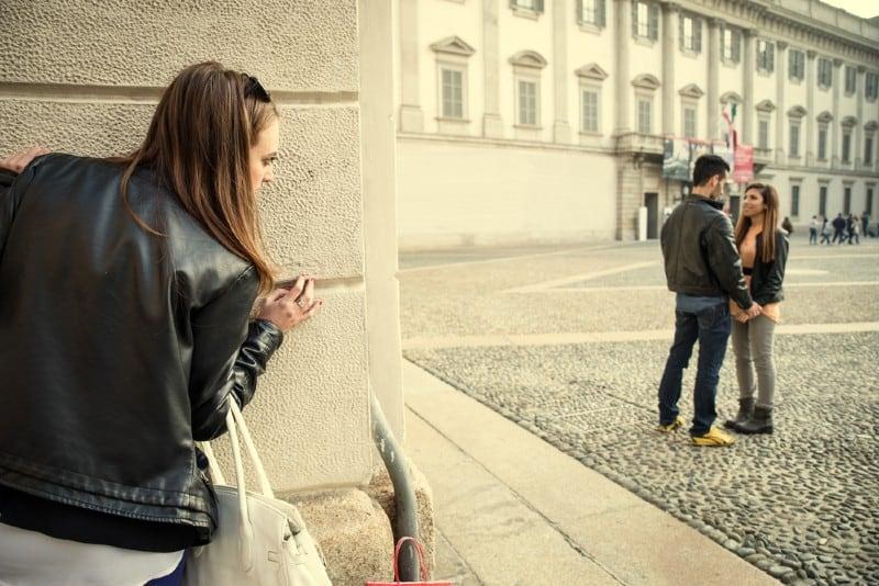 Ex petite amie espionnant son ex petit ami avec une autre femme
