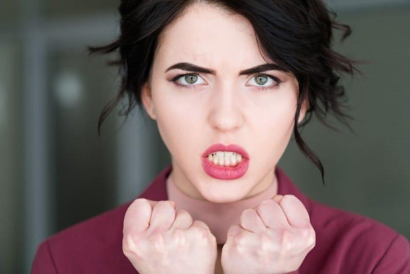 femme furieuse en colère