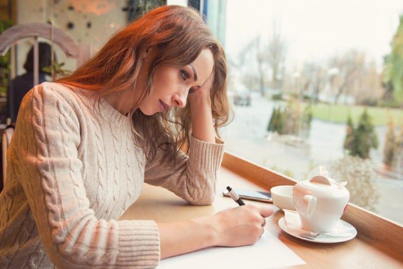 Lettre d'écriture de jeune femme triste