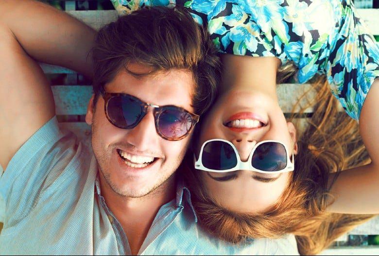 Portrait of happy smiling couple allongé sur le sol en s'amusant