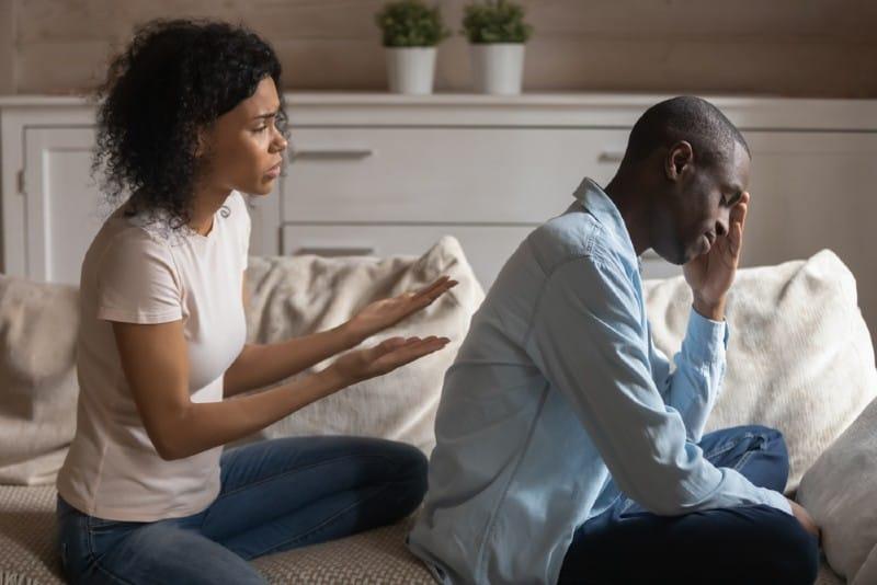 Déprimé homme noir offensé ignorant la femme qui s'excuse