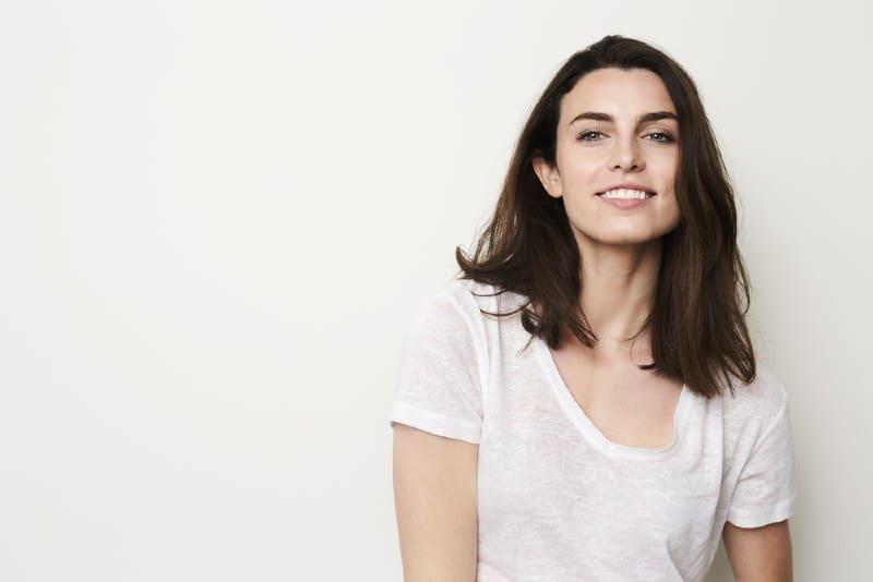 Portrait d'une belle fille avec beau sourire en studio