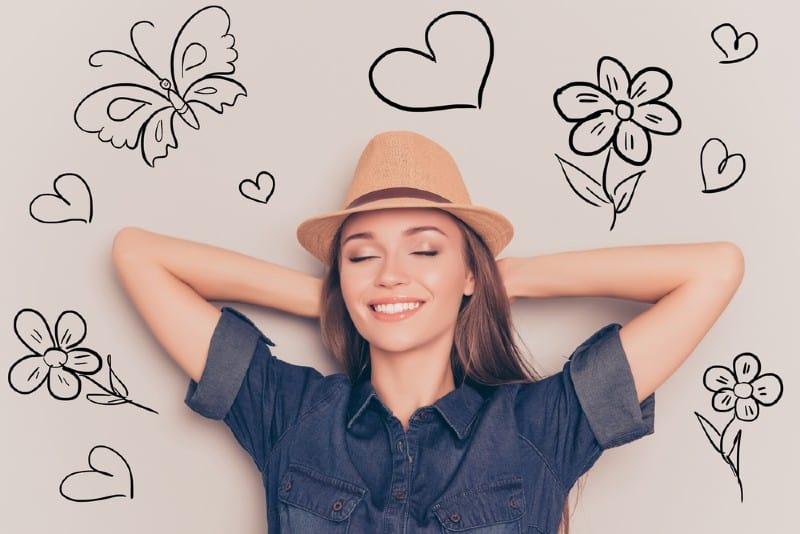 une femme heureuse avec chapeau
