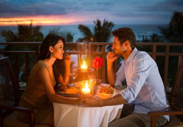 un dîner romantique d'un couple amoureux sur la terrasse