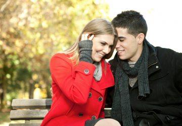 l'homme et la femme sourient assis