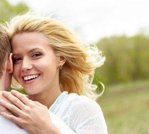 femme souriante, étreindre, homme