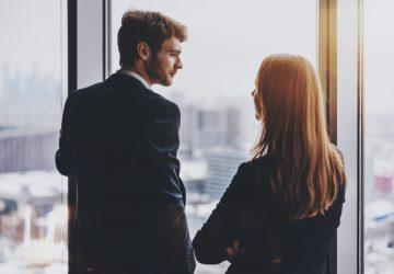 un homme et une femme se tiennent côte à côte