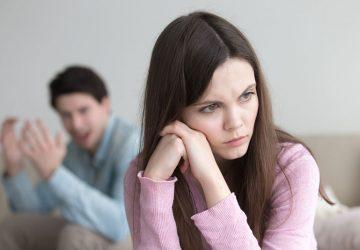 Femme triste assise devant son petit ami en colère