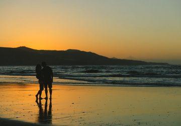 couple romantique s'embrassant sur la plage