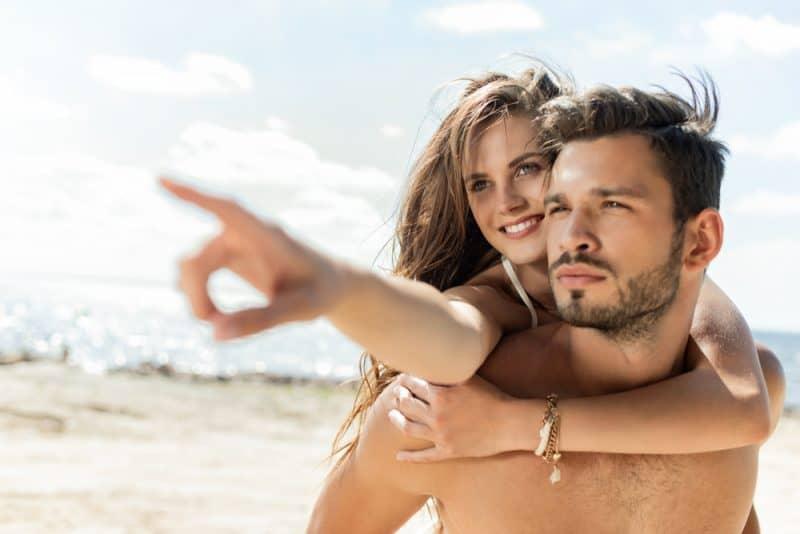 un homme porte une femme pendant qu'elle lui explique quelque chose