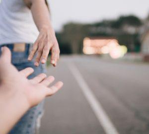 mains d'un homme et d'une femme
