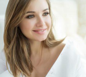 la femme aux cheveux blonds sourit
