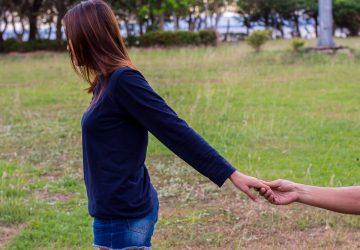 la femme s'éloigne de l'homme