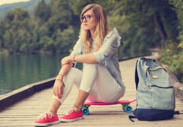 une femme imaginaire assise sur une planche à roulettes