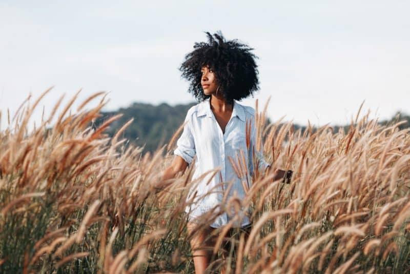 une femme dans un champ de céréales