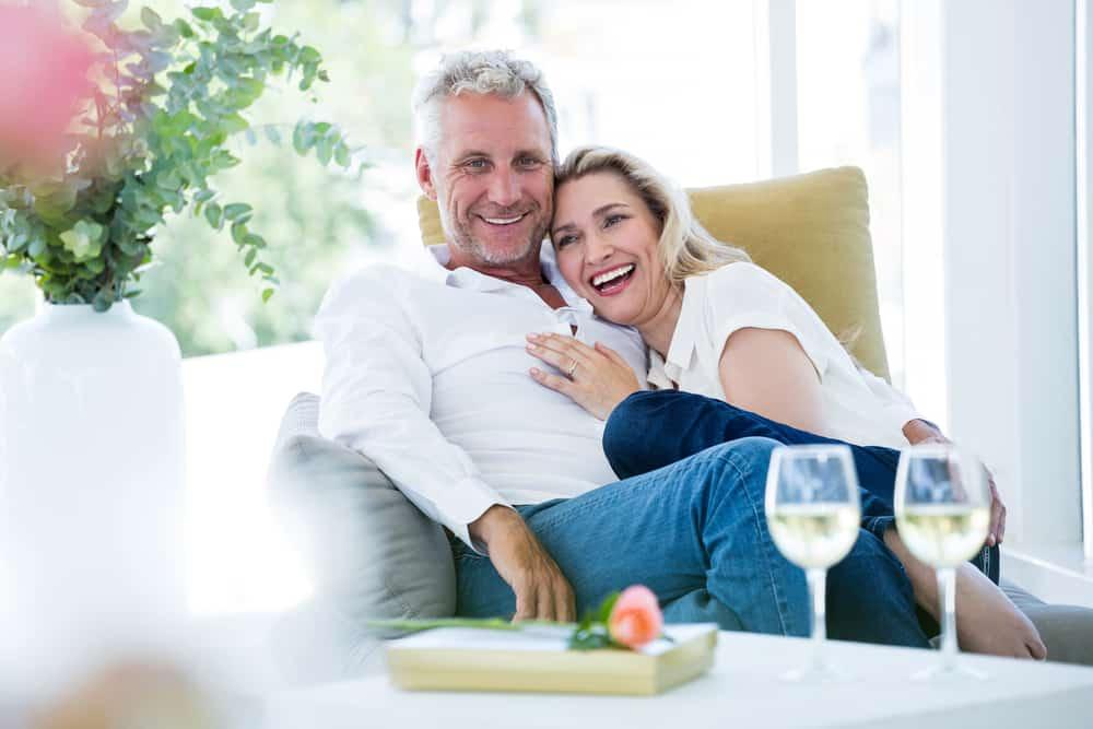 Un couple amoureux romantique plus âgé assis sur un canapé