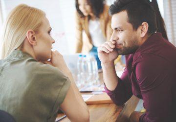 un homme et une femme sont assis l'un à côté de l'autre