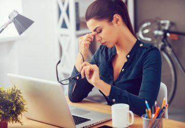 une femme déçue au travail