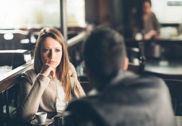 la femme est assise en face de l'homme
