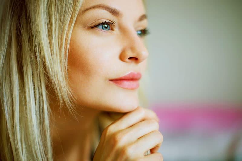 belle femme blonde regardant à distance
