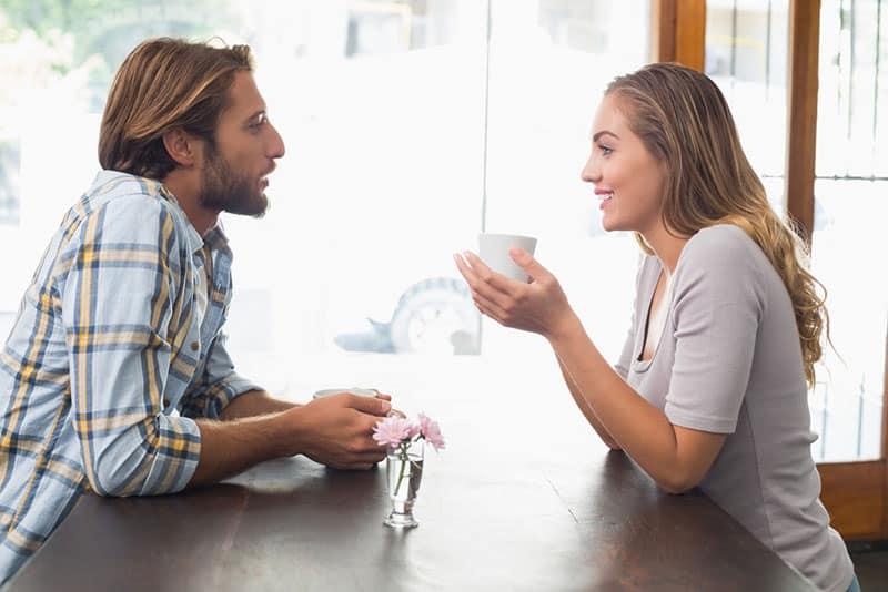 couple buvant du café et parler