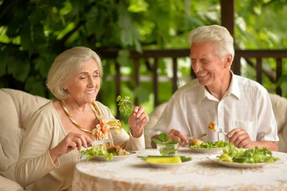 couple de personnes âgées sur la terrasse du dîner