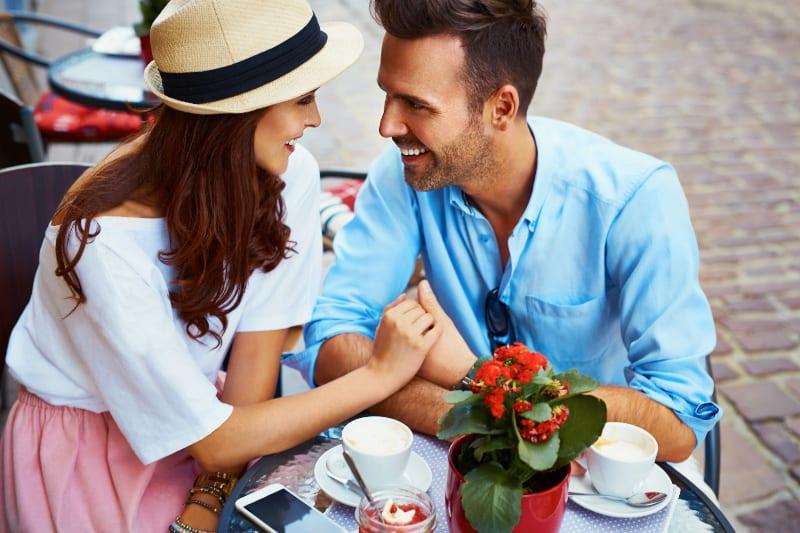couple heureux au bar se regardant
