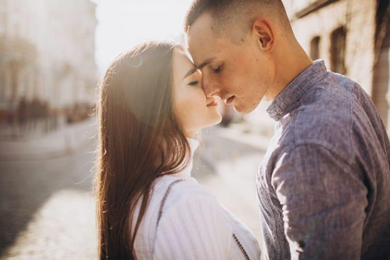 couple heureux s'embrasser dans la rue
