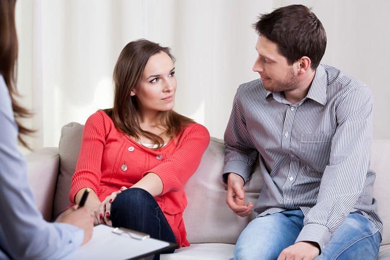 couple parlant dans la session d'amour