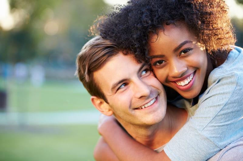 couple romantique étreindre à l'extérieur