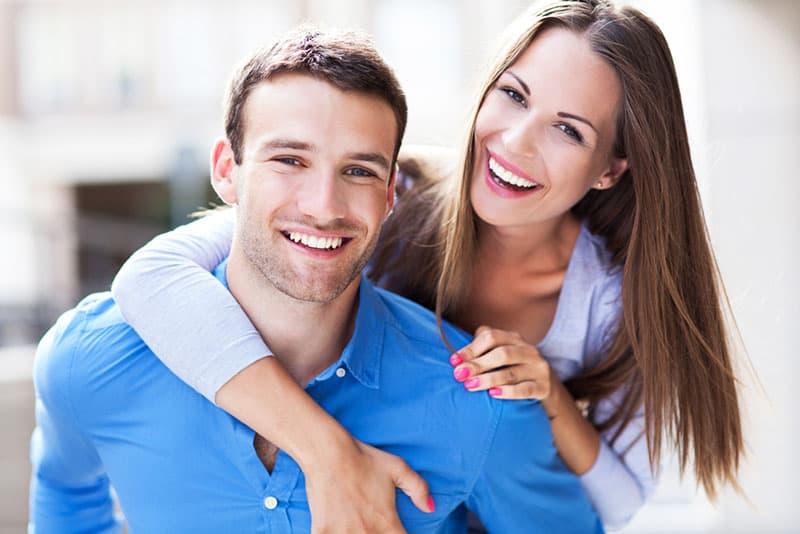 couple souriant posant
